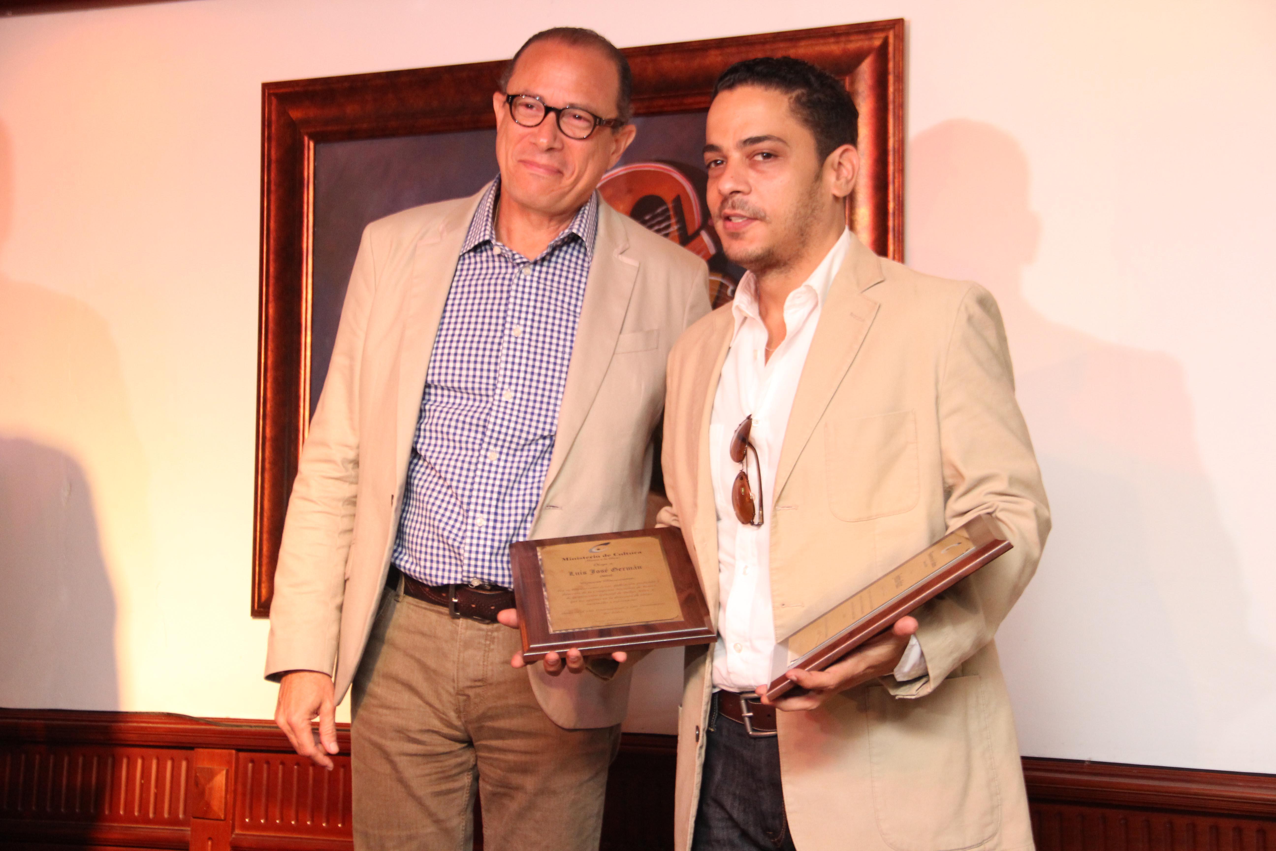 José Antonio Rodríguez reconoce al actor Luis José Germán.
