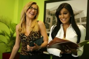 """Carmen Elena Manrique y Carolyn Aquino en una escena de """"Feo de día...""""."""