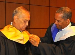 El veterano actor recibio la distinción en medio de un emotivo acto realizado en la UASD.