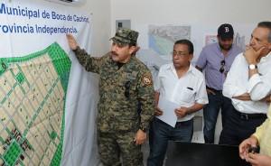 José Ramón Peralta, a la derecha, supervisa los planos de construcción.
