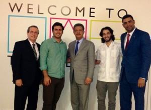Al centro, el ex presidente Leonel Fernández, posa junto a personalidades del sector tecnológico.