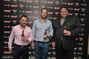 Desde la izquierda, Sergio Rivera, el promotor artístico Pablo Pou y Manuel Angomás, de Cervecería Nacional Dominicana. [Crédito de imagen: CND].