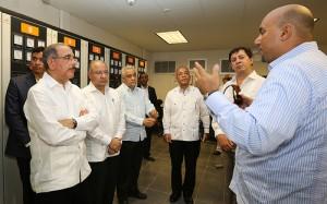 El presidente Danilo Medina, a la izquierda, escucha explicaciones de los ejecutivos del centro energético.