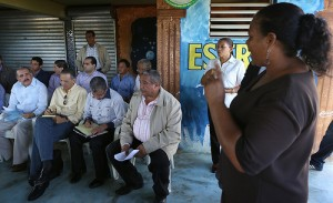 Danilo Medina atento a las explicaciones de las mujeres de la agropecuaria en Sabana de la Mar.