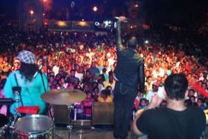 Alex Matos interpretó sus éxitos durante su show del sábado en Samaná.
