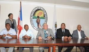 Al centro, Pedro Richardson, junto a otros dirigentes del PRD.