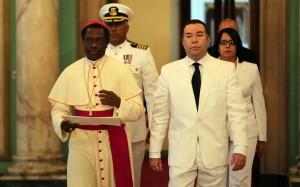 Jude Thaddeus Okolo, nombrado Nuncio Apostólico en la República Dominicana, es acompañado por el embajador Pedro Gómez, encargado de Ceremonial y Protocolo del Estado.
