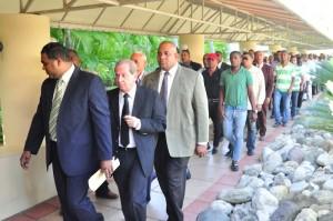 Julio Jiménez, junto a cientos de seguidores, a su llegada al hotel Jaragua para participar en la convención del PRI.