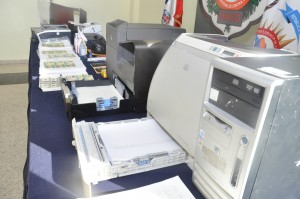 Parte de los equipos incautados que eran utilizados para fabricar dinero falso. [Crédito de imagen: DNCD].