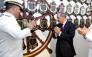 El Presidente Danilo Medina hizo un recorrido por las instalaciones de la Marina. [Crédito de imagen: Presidencia]