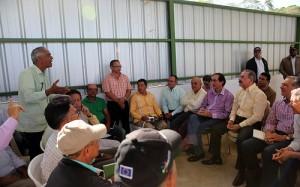El presidente Danilo Medina y productores del municipio, de Batoncillo, en San José de las Matas, presente durante la visita sorpresa del Mandatario.