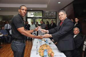 El mayor general Julio César Souffront Velázquez, presidente de la DNCD, reconoce a uno de los agentes.