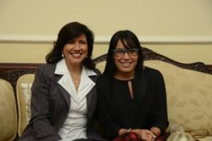 La vicepresidenta comparte con Francina quien fue a visitarla para presentar varios proyectos a favor de la comunidad no vidente.