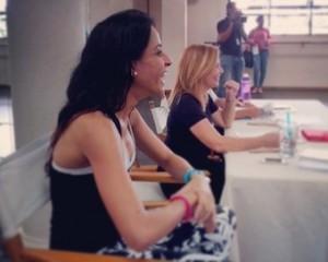 El jurado observa con entusiasmo a los participantes durante una de las sesiones de trabajo. [Crédito de imagen: Instagram/PremioSoberano]