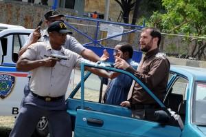 Manolo Ozuna y Carlos Sánchez en una de las divertidas escena de la película.