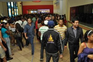 En el extremo derecho, Roberto Ángel Salcedo durante su recorrido por los diferentes cines de Santo Domingo.