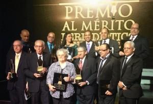 José Antonio Aybar, presidente de Acroarte, extremo derecho, junto a todos los reconocidos de la noche.