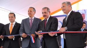 El presidente Danilo Medina, y otros funcionarios del Gobierno, cortan la cinta para dejar inaugurado el elevado de la Charles de Gaulle. [Crédito de imagen: Luis Ruiz Tito/Presidencia]