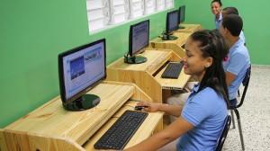 Área de Informática de una de las cinco escuelas inauguradas hoy por el presidente Danilo Medina en la provincia Duarte.