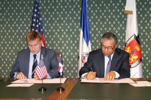 El embajador de Estados Unidos, James W. Breswster y el alcalde del Distrito Nacional, Roberto Salcedo, durante la firma del acuerdo.
