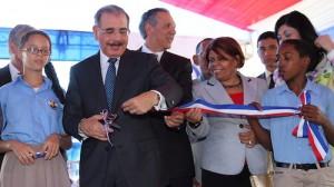 El presidente Danilo Medina realiza el corte de cinta para dejar inauguradas las nuevas escuelas, cumpliendo así con un compromiso de su Gobierno. [Crédito de imagen: Ángel Álvarez Rodríguez/Presidencia]