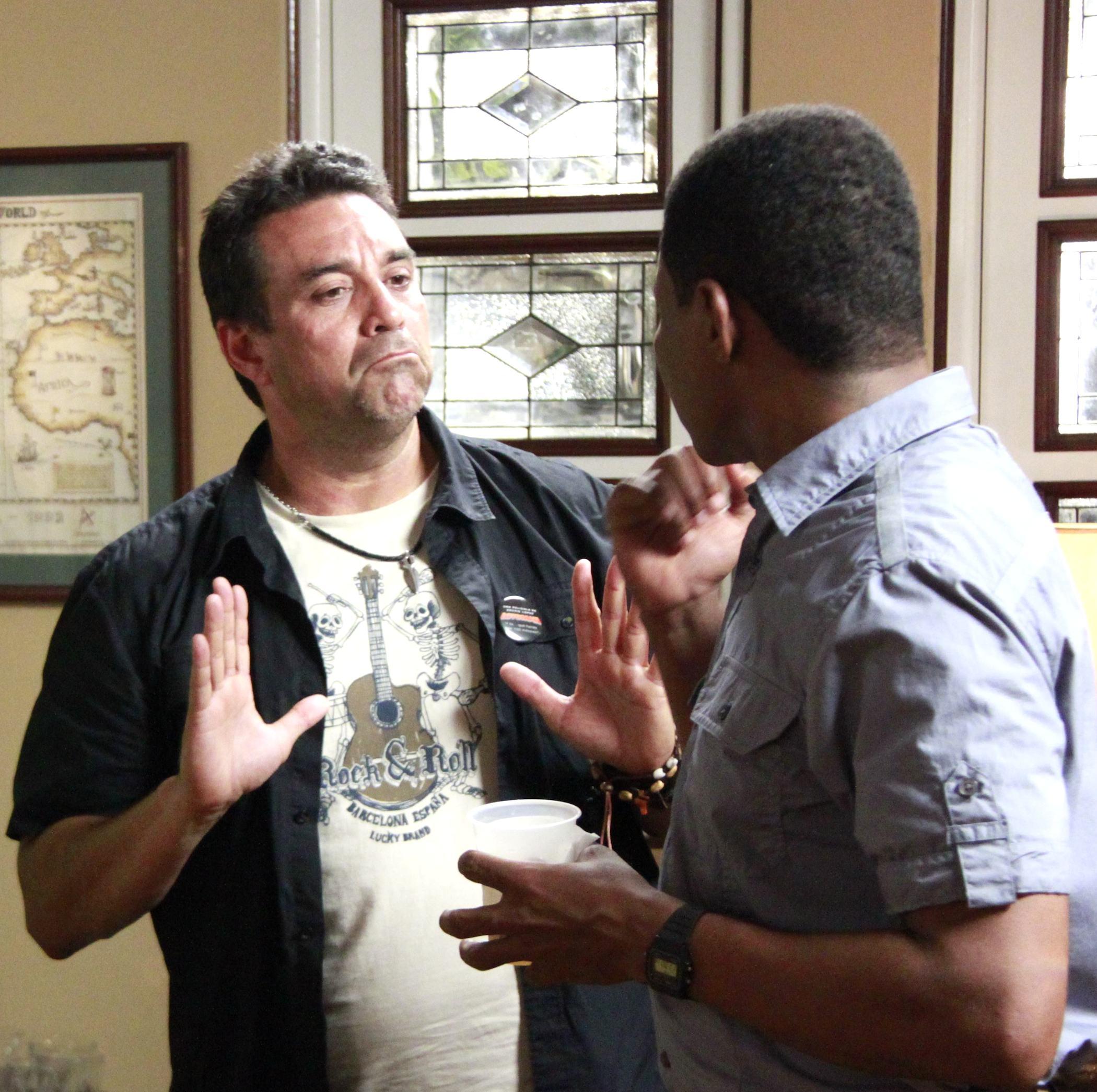 """Archie López da instrucciones a Raymond Pozo en el set de """"Lotoman 2.0""""."""