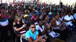 Encuentro del presidente Danilo Medina con integrantes de la Asociación de Mujeres Unidas para el Desarrollo de El Batey, durante su visita sorpresa de este domingo. [Crédito de imagen: Luis Ruiz Tito/Presidencia]