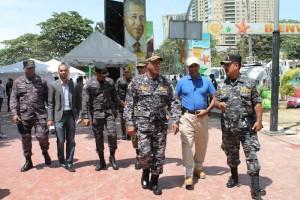 El jefe de la Policía Nacional, mayor general Manuel Castro Castillo, supervisó la seguridad en los alrededores de la piscina en Guibia. [Foto: ADN].