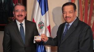 El presidente Danilo Medina recibió el documento de manos de Roberto Rosario, presidente de la JCE.