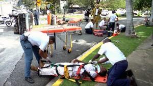 Este simulacro en la avenida Sarasota contiene accidente de tránsito, peligro de incendio y heridos. Policías, Bomberos, AMET y Ambulancia intervienen.
