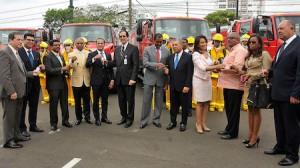 Ministro de la Presidencia, Gustavo Montalvo y alcaldes del Gran Santo Domingo, durante la entrega de llaves de camiones de bomberos.