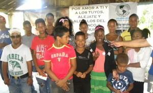 Parte de los adolescentes y jóvenes que asistieron a la charla sobre los peligros del tabaco.