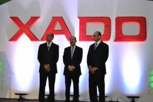 El presidente Danilo Medina, junto a Víctor Castro y Diógenes Pichardo, principales ejecutivos de Premium.