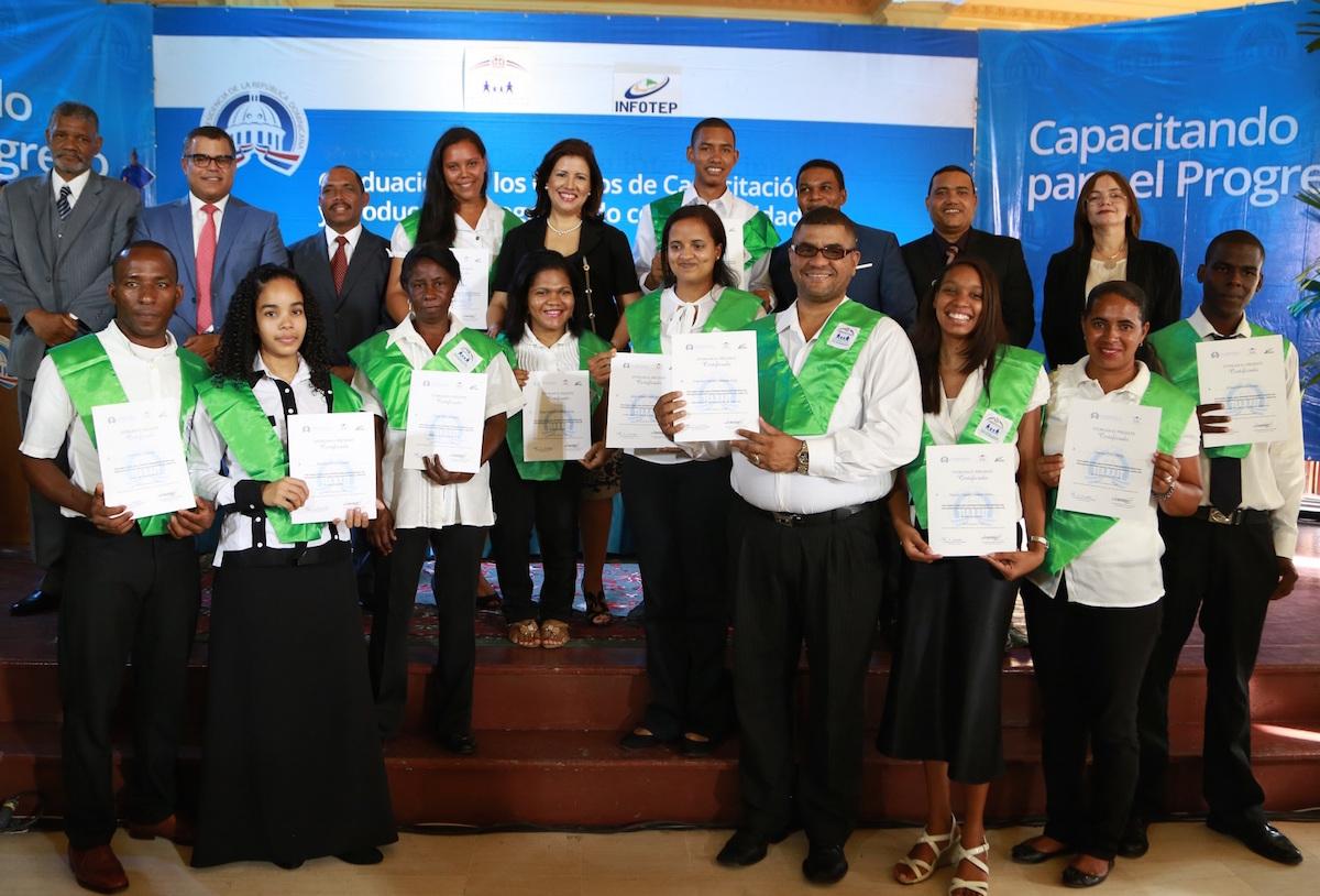 Al centro, la vicepresidenta Margarita Cedeño de Fernández, junto a los graduandos de Progresando.