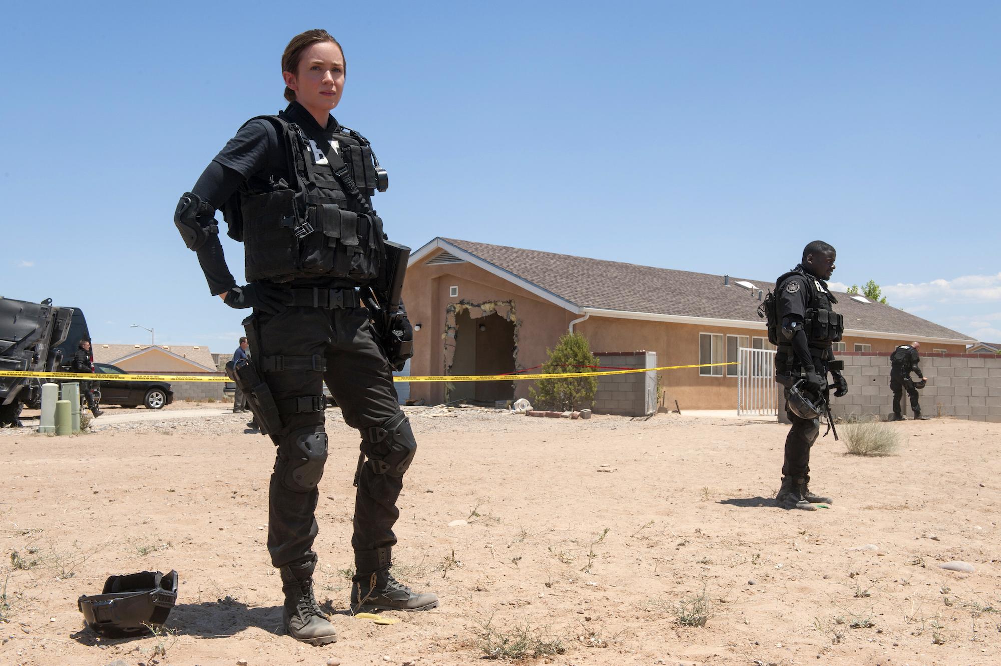 """En esta imagen difundida por Lionsgate, Emily Blunt aparece en una de """"Sicario"""".   Richard Foreman Jr./Lionsgate."""