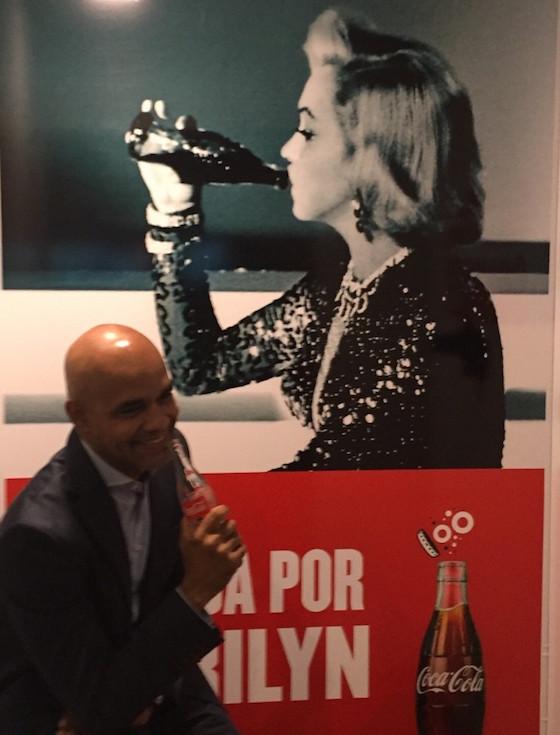 Marilyn y el autor del artículo comparten un beso y una Coca Cola.
