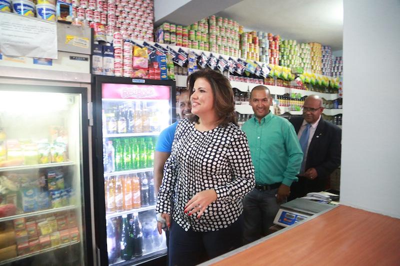 La vicepresidenta Margarita Cedeño de Fernández, junto a José Luis García y el director de ADESS.