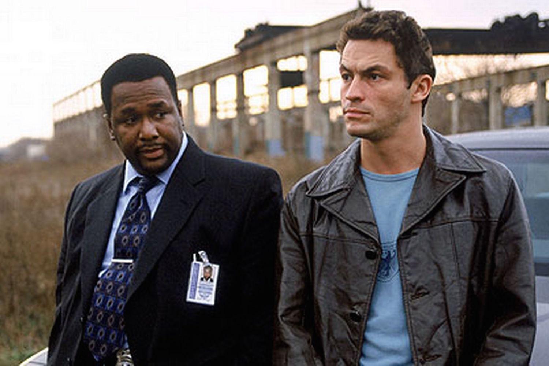 """Wendell Pierce (detective William 'Bunk' Moreland) y Dominic West ( Jimmy McNulty) en una escena de """"The Wire""""."""