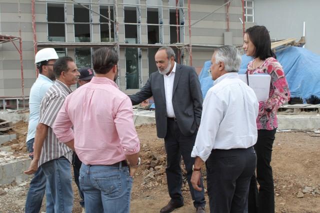 El ingeniero Francisco Pagán, al centro, conversa con personal que trabaja en la construcción del edificio.