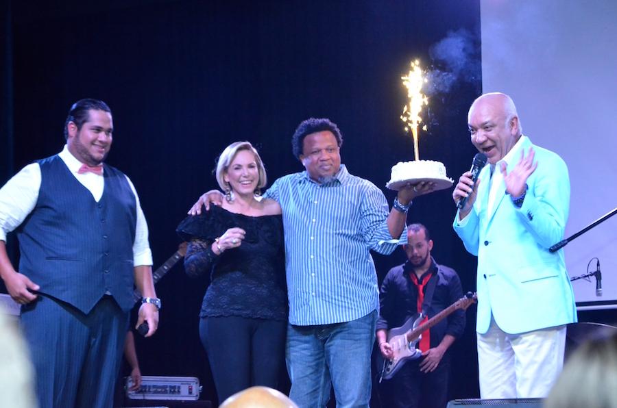 Desde la izquierda, el imitador, Yadhira Morel, Aquiles Correa y Jochy Santos.
