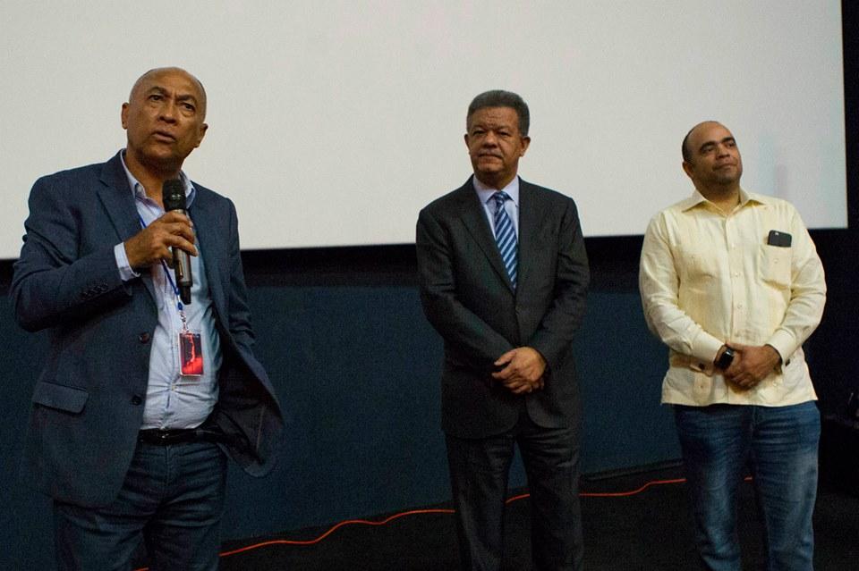 La película se estrenó en noviembre en el Festival Global de Funglode, que dirige Omar de la Cruz (derecha). Al centro, Leonel Fernández, presidente de Funglode.
