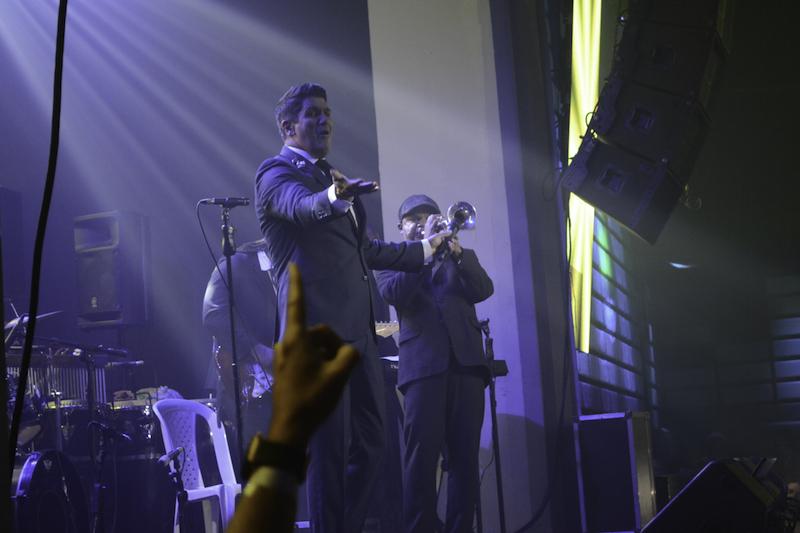 Eddy Herrera en un momento estelar de su participación en el concierto.