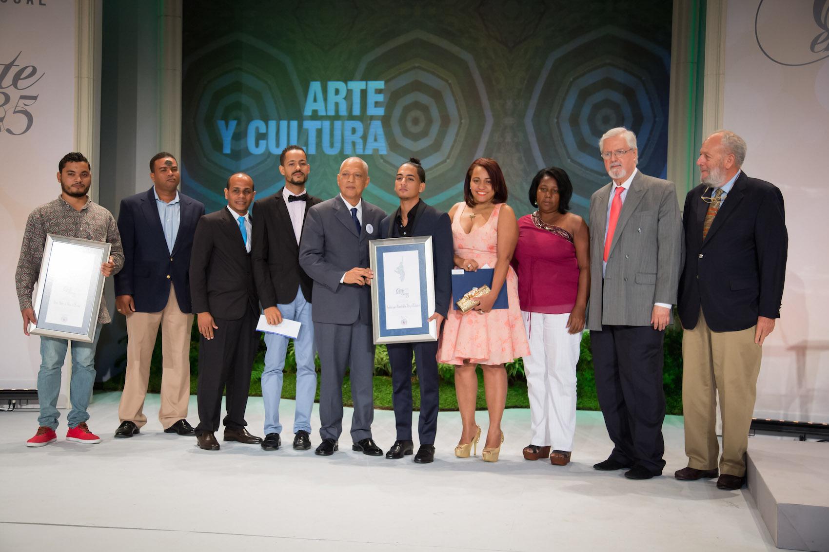 Santos Palo Bonao e Institución para Desarrollo Artes y Comunicación, recibieron premio en Categoría Cultura. | Foto: John McFarlane.
