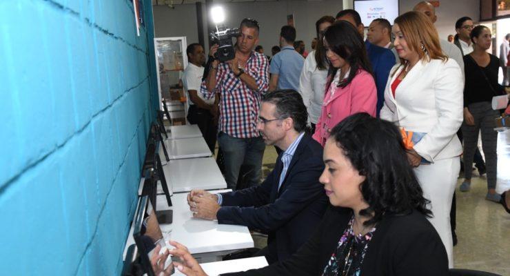 Ciudadanos que practican en los simuladores instalados por el Intrant, como entrenamiento para tomar el examen teórico.
